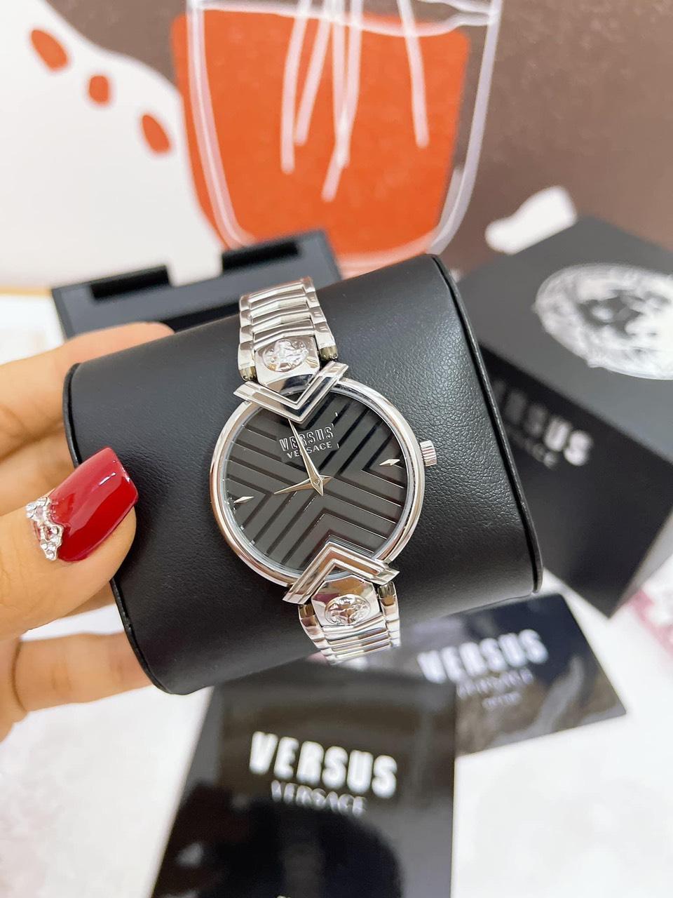 Đồng hồ hãng VERSUS Mabillon silver mặt đen